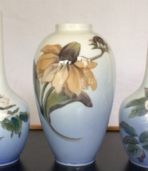 Royal Copenhagen vase med gylden blomst